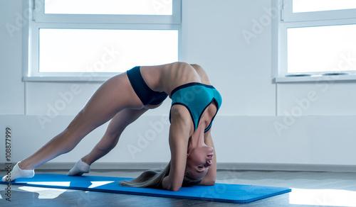 Девушка спортсменка разминка  № 3305000 без смс