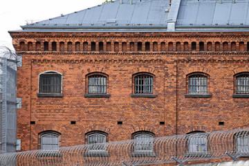 Gefängnis mit Gitterfenstern, Justizvollzugsanstalt JVA