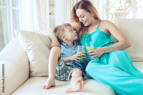 мама с сыном на диване № 75174