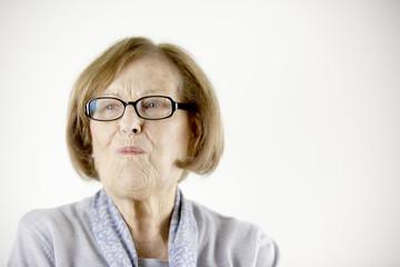 Ältere Dame, die schmunzelt