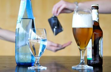 Angetrunkener Biertrinker gibt zur Sicherheit seinen Autoschlüssel ab