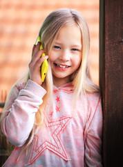 Mädchen im Telefonat mit einem Smartphone