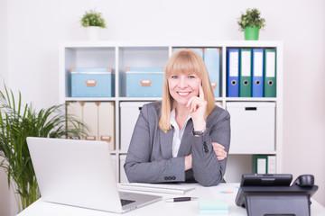 Geschäftsfrau im Büro hört zu