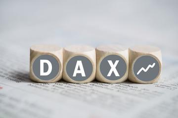 Würfel mit Wort DAX auf einer Tageszeitung