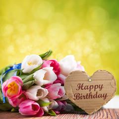 """Tulpen mit Herzanhänger und """"Happy Birthday""""-Aufschrift"""