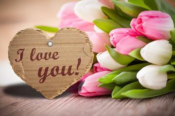 """Tulpen mit Herzanhänger und """"I love you!""""-Aufschrift"""