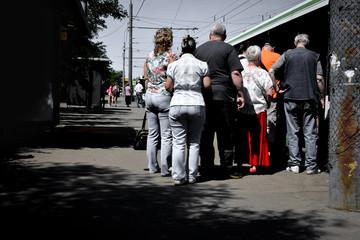 Очередь на автобусной остановке