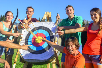 erfolgreiches Team beim Bogenschießen