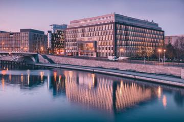 Architektur im Regierungsviertel Berlin am Abend