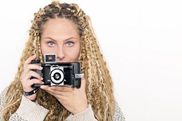 Chica de ojos azules fotografiando / jara 4568