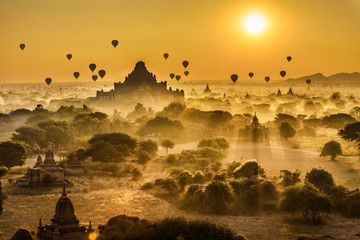 Scenic sunrise above Bagan in Myanmar 壁紙(ウォールミューラル)