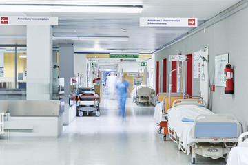 Arzt Krankenhaus unscharf Flur Lift rot Bett
