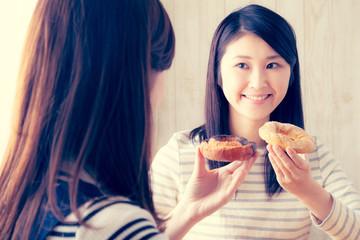 ドーナツを食べる2人の女性、女子会、コーヒータイム