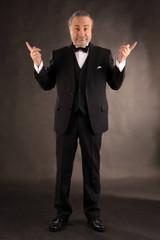 Mann gestikuliert im feierlichen Anzug