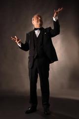 Mann beim Jonglieren ohne Bälle