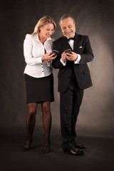 Paar erhält gute Nachrichten am Smartphone