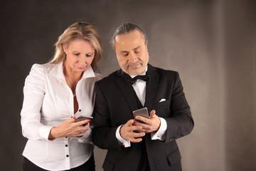 Paar beim Datenabgleich der Smartphones