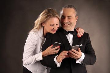 Lachende Mobiltelefonbenutzer