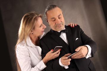 Ehepaar mit Smartphones