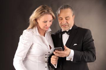 Mann zeigt Frau eine Nachricht auf dem Mobiltelefon