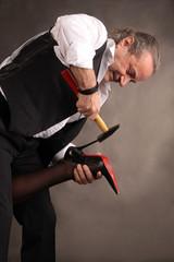 Schuster macht Reparatur an Damenschuh