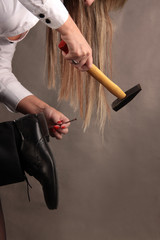 Frau macht Nägel mit Köpfen