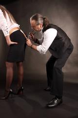 Mann hilft Frau beim Ankleiden in der Garderobe