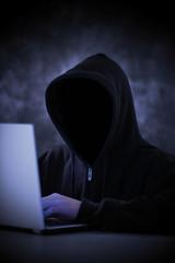 Hacker am Laptop versucht Daten zu stehlen