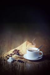 tasse blanche et café sur fond noir