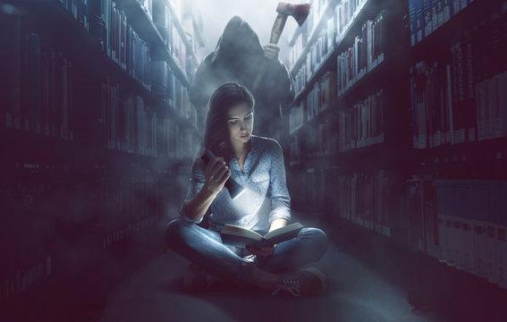 Frau mit lebhafter Fantasie in Bücherei