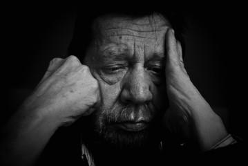 Uomo anziano, pensieri, tristezza, depressione.