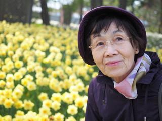 80歳の母とスイセンの花