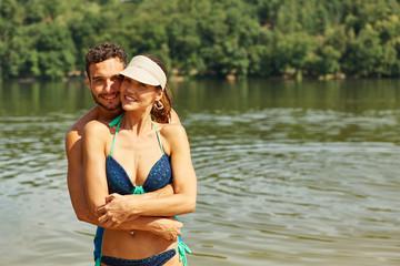 Glückliches Paar macht Urlaub im Sommer