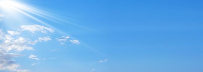 Template di un cielo con delle nuvole e dei raggi di sole nella parte sx