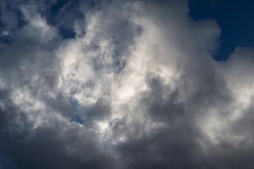 Nuvole  bianco grigio sospese nel cielo