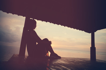 Fotomurais - Woman enjoying sunrise, silhouette. Vintage color