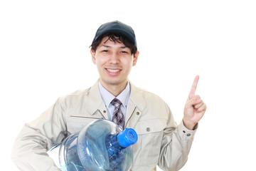 ボトルを運ぶ男性