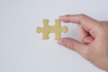 パズルを持つ手
