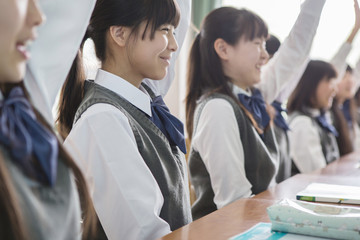 手を上げる女子生徒
