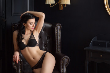 Hübsche sexy Frau in Unterwäsche Fashion mit schönen erotischem Körper zeigt viel Haut