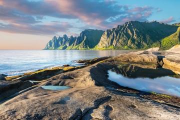 Foto auf Leinwand Skandinavien Rock Davil's Jaw. Norwey,island Senja