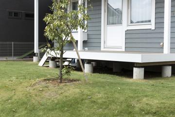 住宅 戸建て住宅のウッドテラス イメージ 芝生の庭 手摺なし 施工例 北米調外観