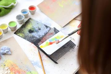 Malowanie kafelków. Pracownia ceramiki, malowanie na płytce ceramicznej.