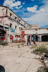 Femme et jeune homme dans une ruine Urbex