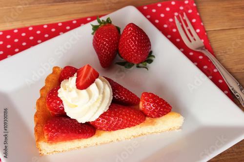 Erdbeeren Ein Stuck Erdbeerkuchen Mit Sahne Auf Weissem Eckigem