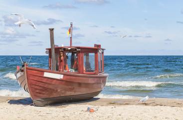 Ein alter Fischkutter am Strand