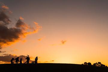 夕日に浮かぶ人のシルエット