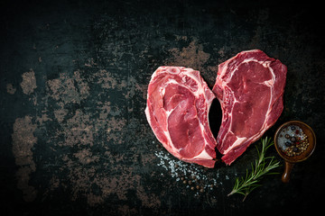 Foto op Plexiglas Vlees Heart shape raw fresh veal meat steaks