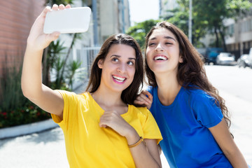 Zwei Freundinnen haben Spass