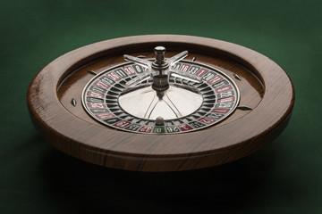 visione laterale di Roulette in legno su tavolo verde